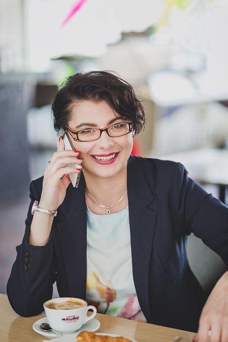 Elżbieta Jachymczak rozmawia przez telefon