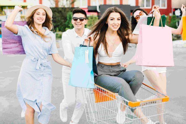 Młodzi ludzie, galeria handlowa, jazda w wózku