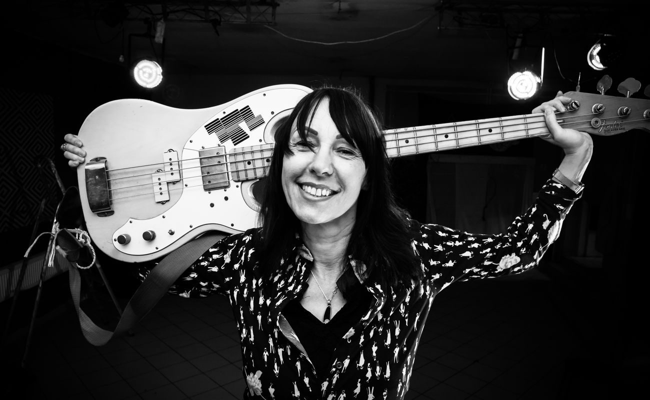 Ewa Langer trzyma na barku gitarę elektryczną