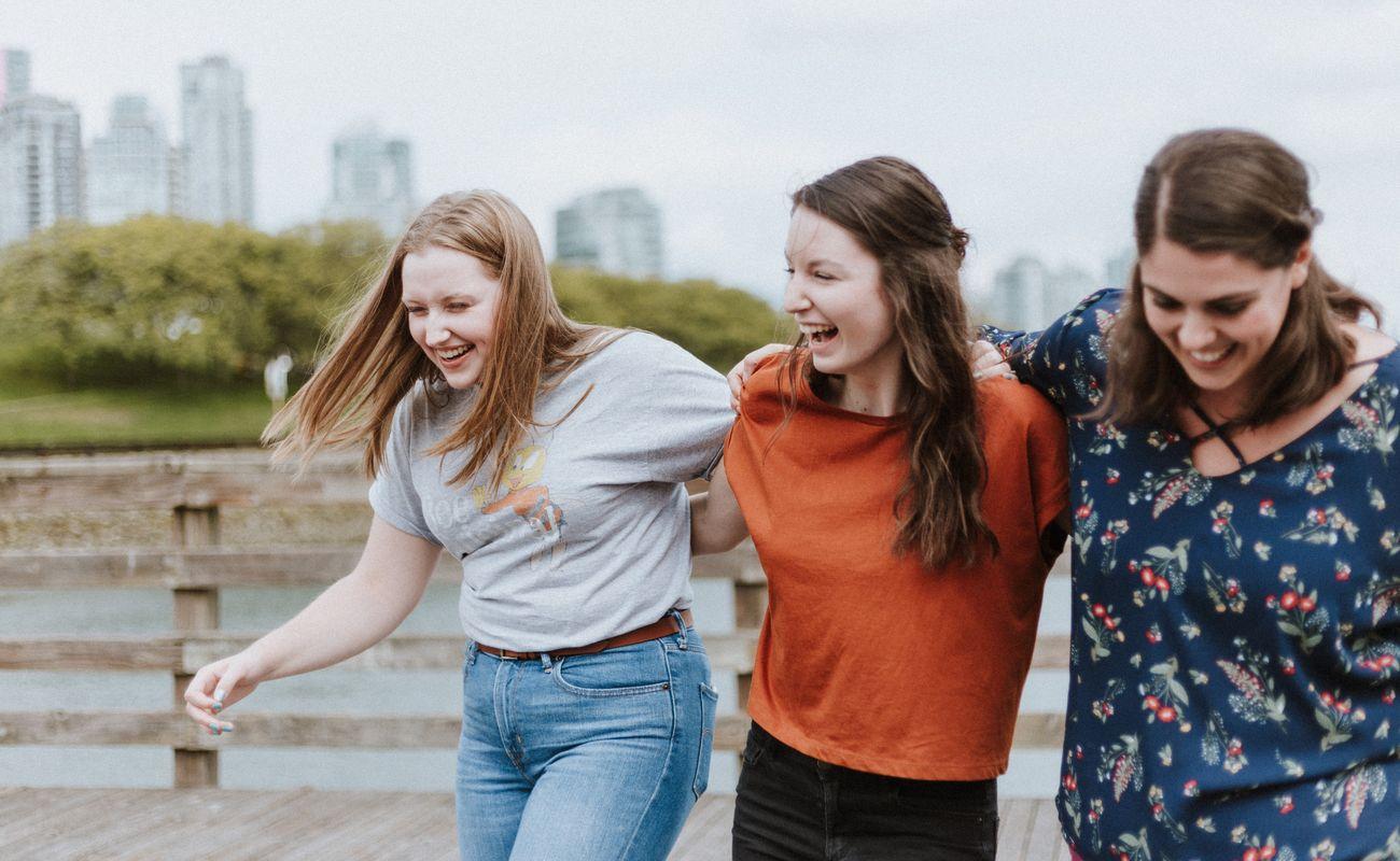 trzy śmiejące się dziewczyny