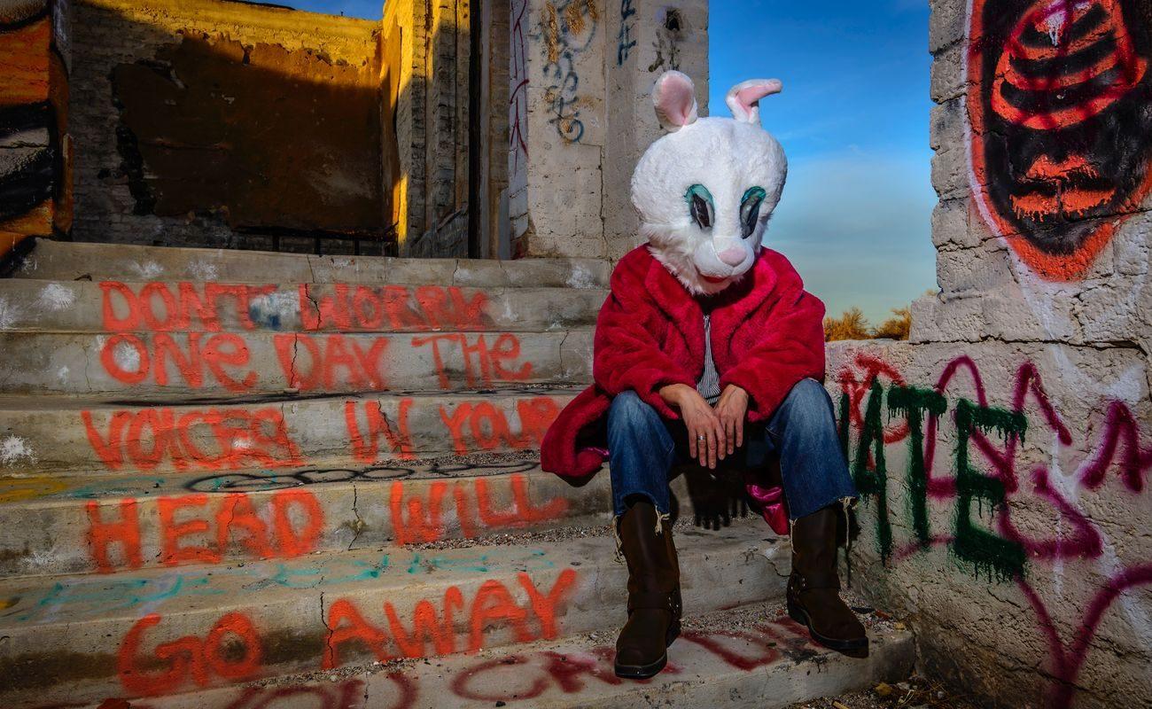 człowiek w masce królika