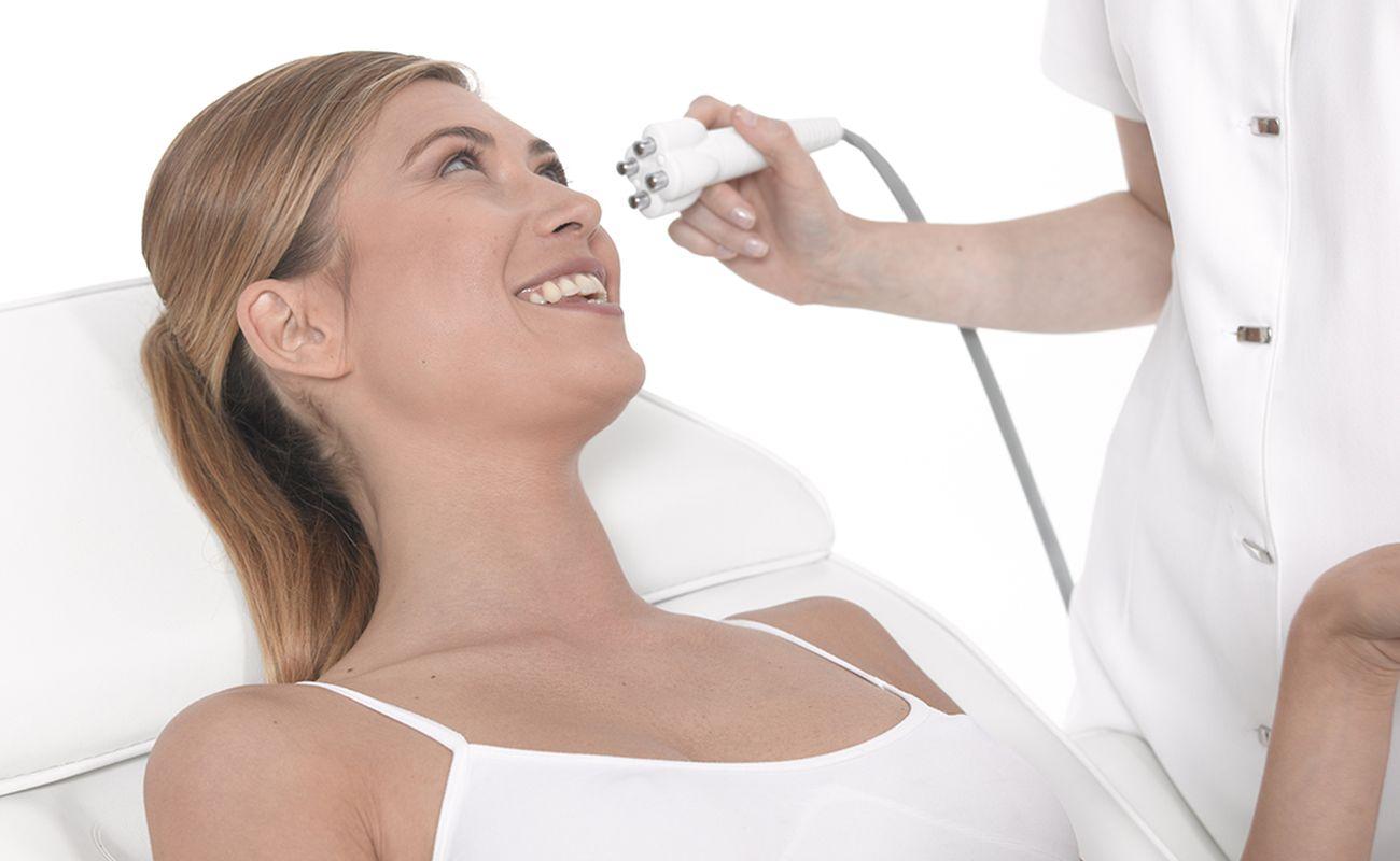 Kobieta poddająca się zabiegowi z wykorzystaniem urządzenia Venus Legacy