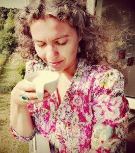Agnieszka Kawula z kawą w ręce