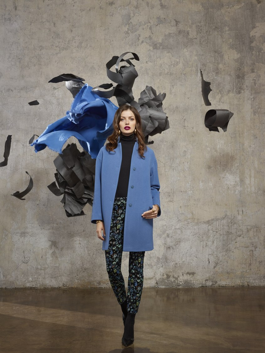 Kobaltowy płaszcz jesienny