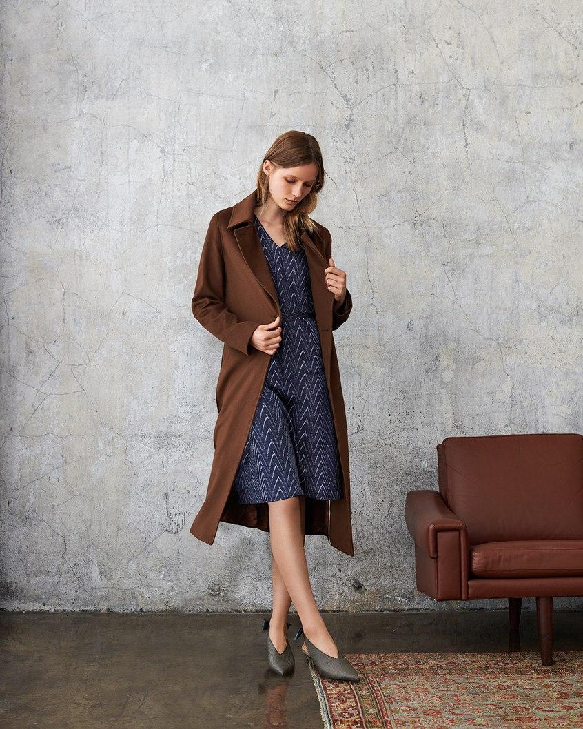 Modelka prezentuje płaszcz i sukienkę Aryton