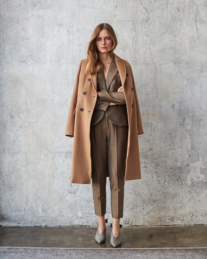 Prezentacja beżowego płaszcza