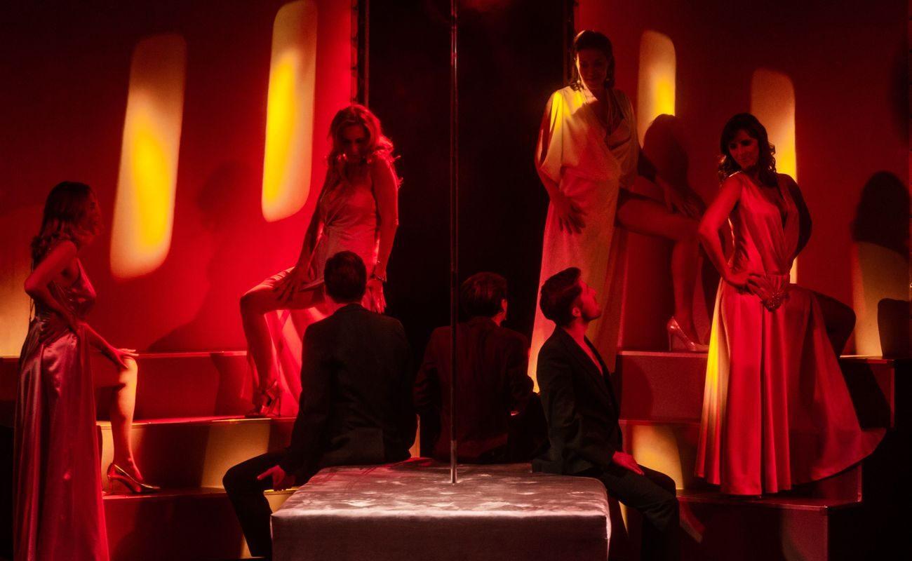 """Spektakl """"W'ariacje pożądania"""" w reżyserii Rafała Dziwisza, scena z aktorami oświetlonymi czerwonym światłem"""