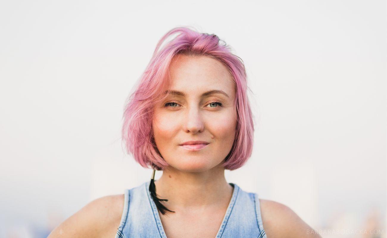 Agata Dutkowska w różowych włosach