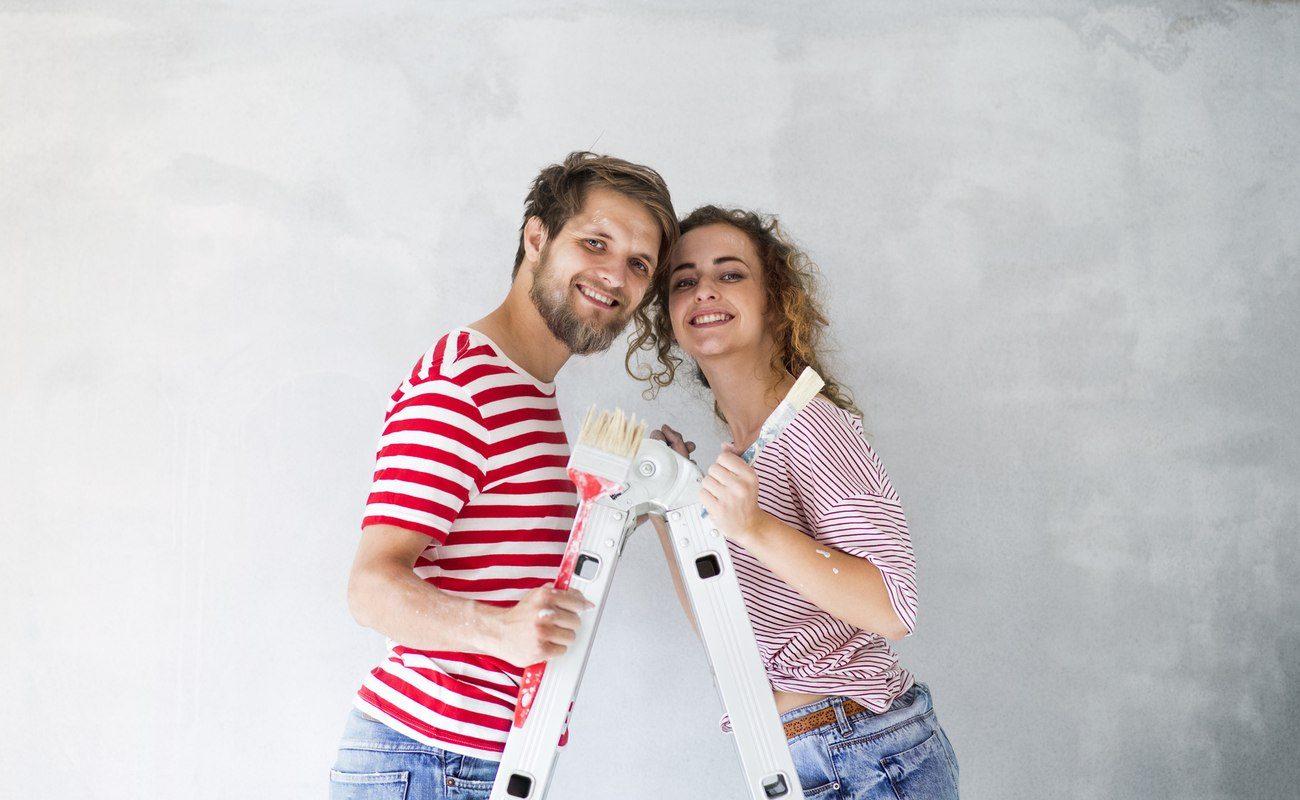 Młoda para podczas remontu własnego mieszkania