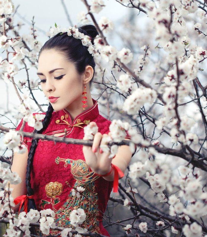 Japońska gejsza na tle kwiatów