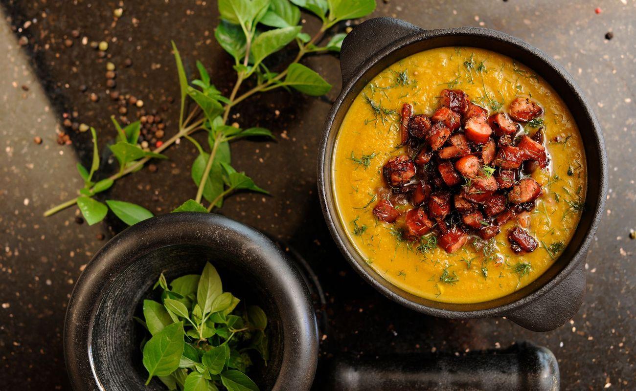 Jesienna zupa krem ze smażoną kiełbasą, cebulką i koperkiem