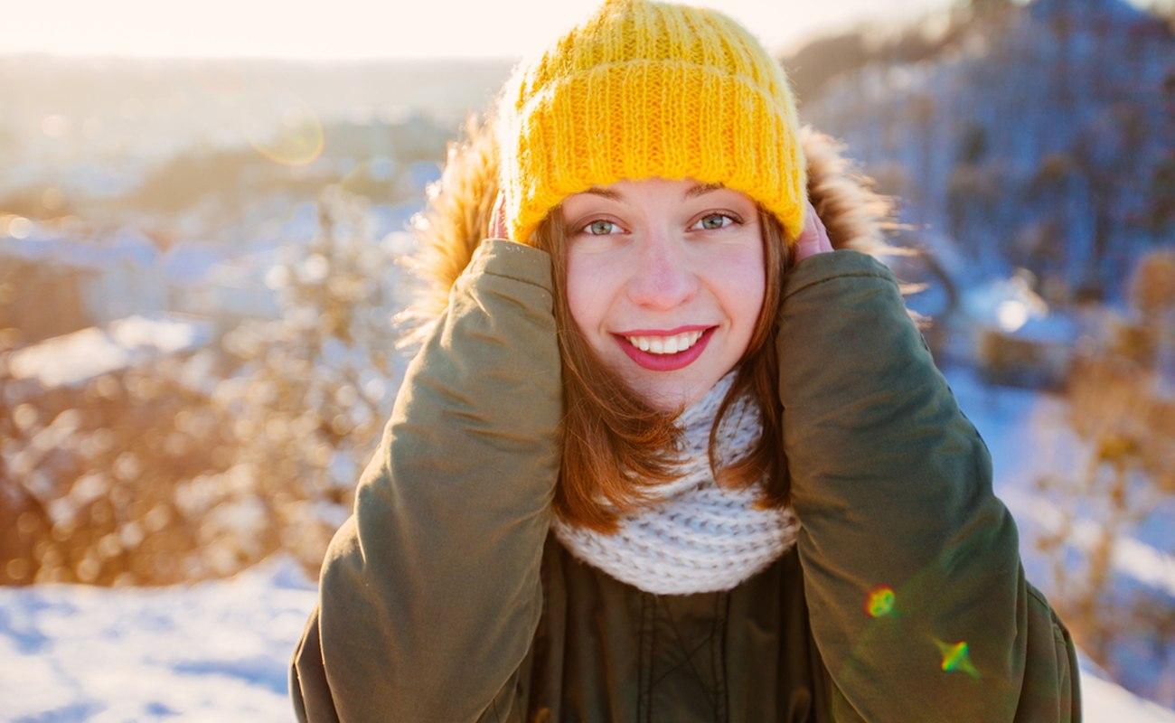 Kobieta ubrana w ciepłą, puchową kurtkę
