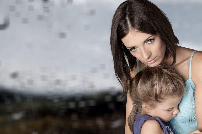 Matka, przytulająca swoją małą córkę