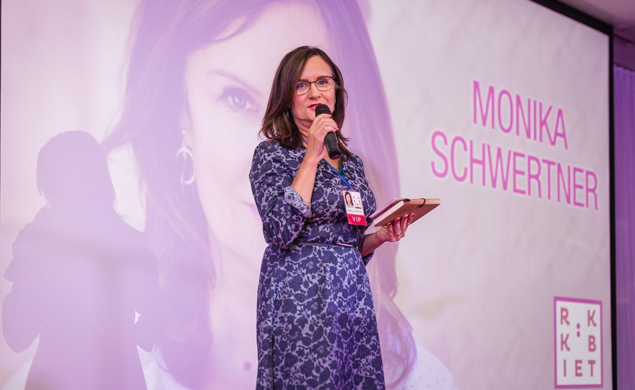 Monika Schwertner na scenie podczas Festiwalu Rok Kobiet 2018, wygłaszająca swoją mowę mocy