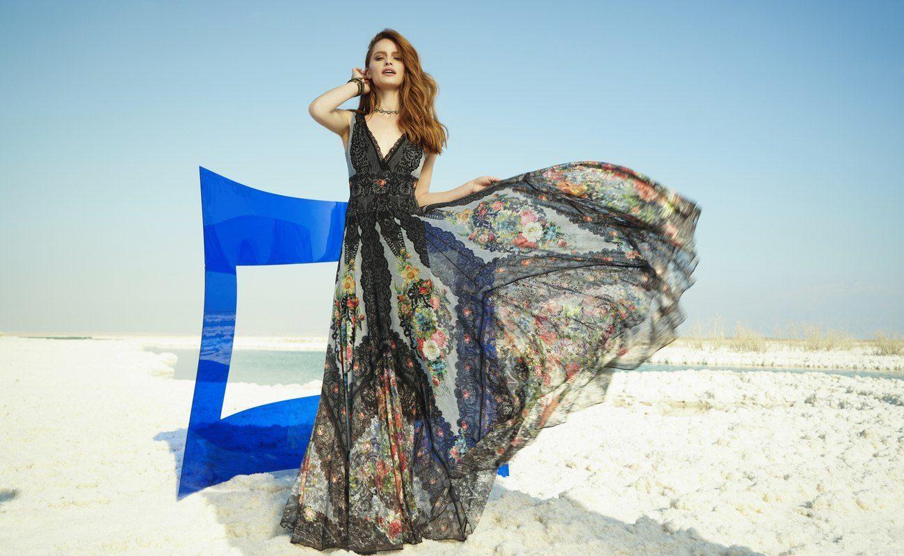 Modelka prezentuje suknię Michal Negrin