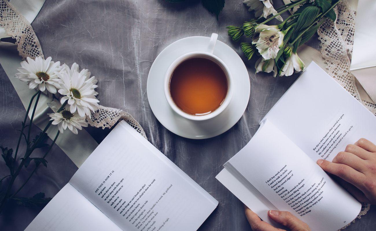 Nowości książkowe, obrazek z dwoma książkami, herbatą i białymi kwiatami