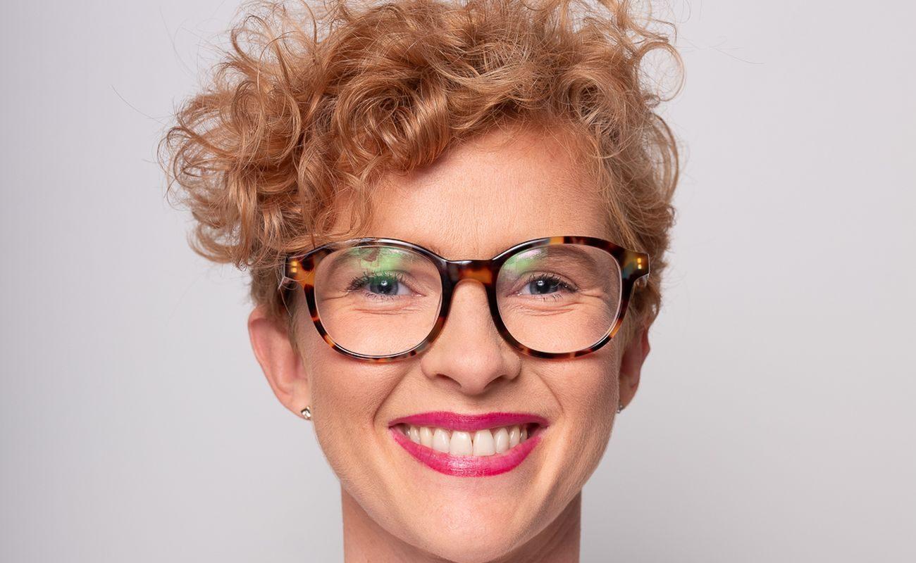Usmiechnięta kobieta z kręconymi włosami to Patrycja Szostakowska
