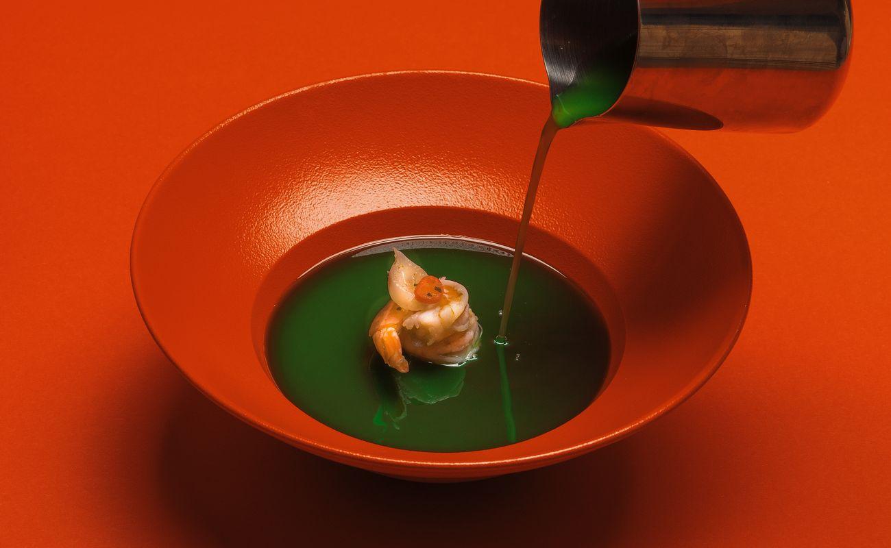 zielona zupa z krewetką w czerwonym talerzu jako ilustracja restaurant week