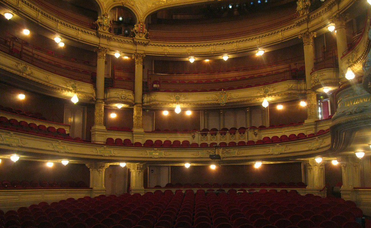 Sala teatru przyozdobiona światłami