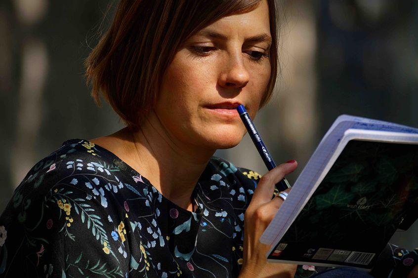 Anna Piwowarska z długopisem przy ustach