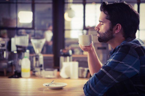 Będące kwintesencją kawy espresso podaje się ze szklanką niegazowanej wody o temperaturze pokojowej