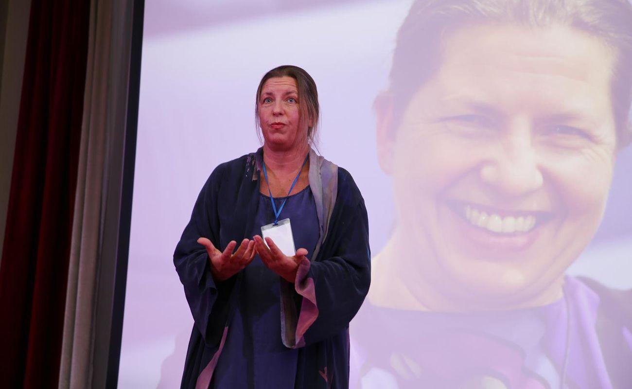 Joanna Hussakowska stojąca na scenie podczas Festiwalu Rok Kobiet 2018