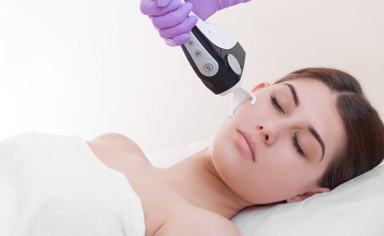 Kobieta podczas laseroterapii
