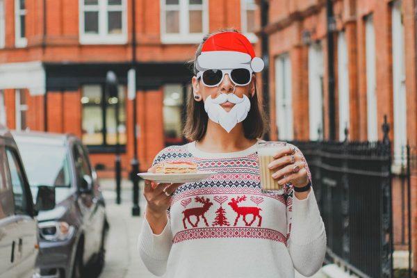Kobieta w masce święta Mikołaja