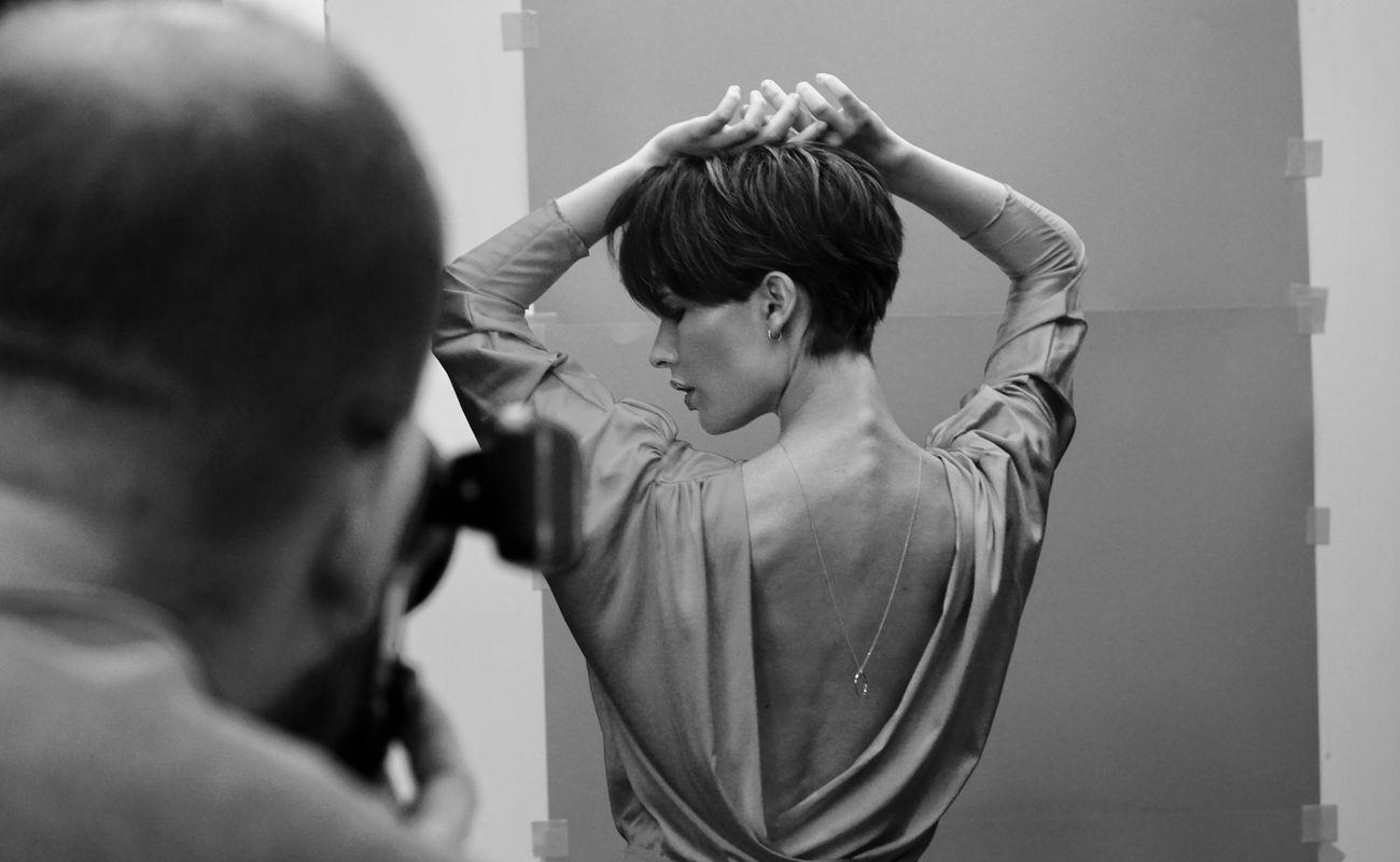 fotograf robi modelce zdjęcie w studio Unique