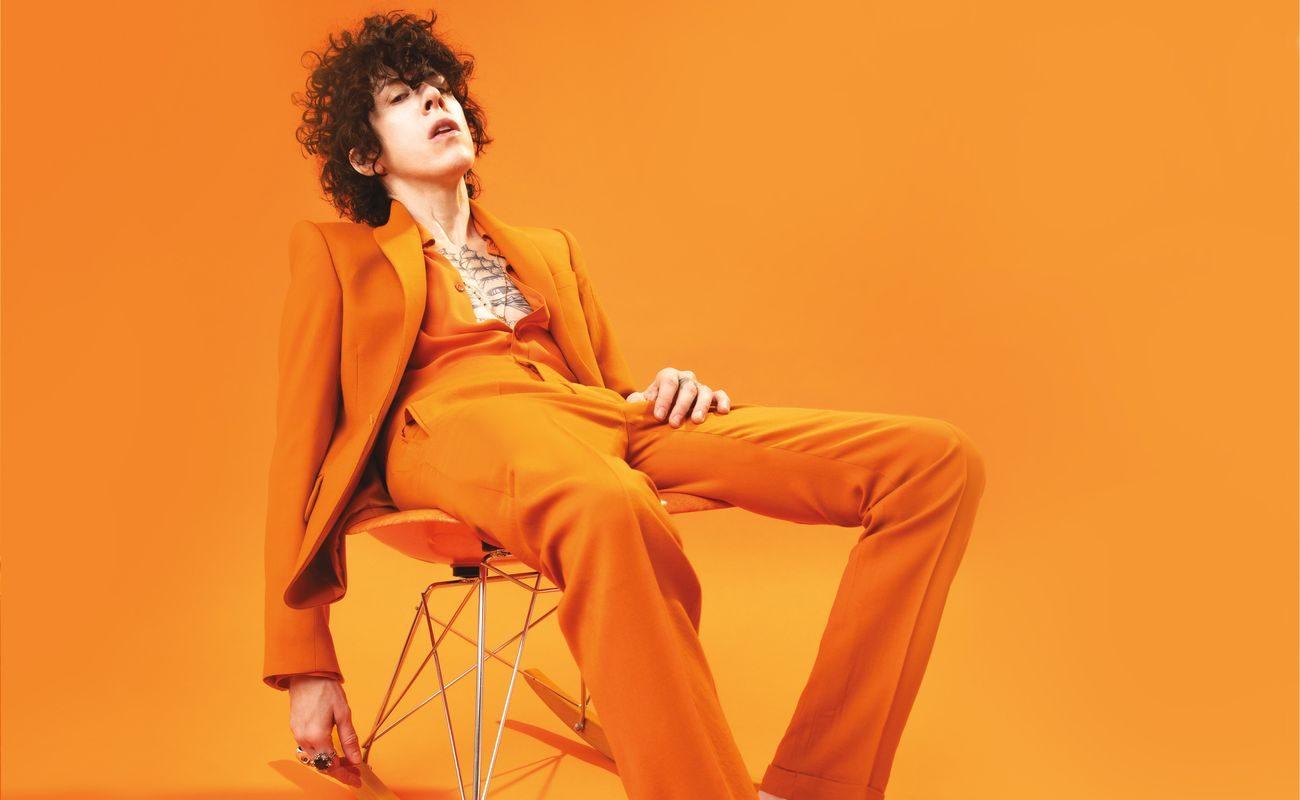 LP w pomarańczowym garniturze
