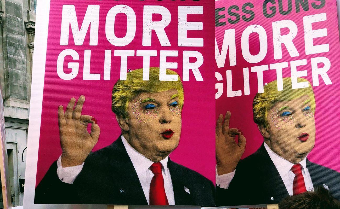 Donal Trump na transparentach z napisem less gun more glitter