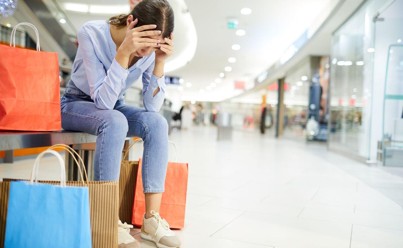 Kobieta zmęczona zakupami jako ilustracja tekstu o minimalizmie
