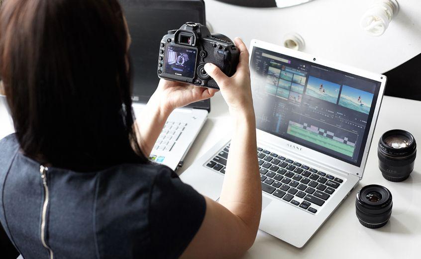 Kobieta tworząca videowizytówkę