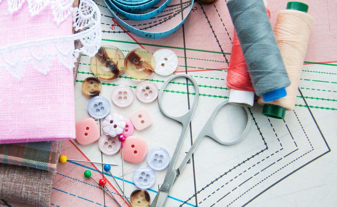 10 trików ułatwiających życie przedtawione przy pomocy akcesoriów krawieckich