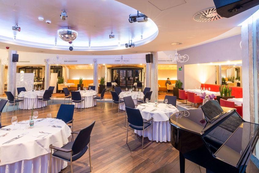 Elegancki wystrój sali restauracyjnej w Niebieski Art Hotel & Spa