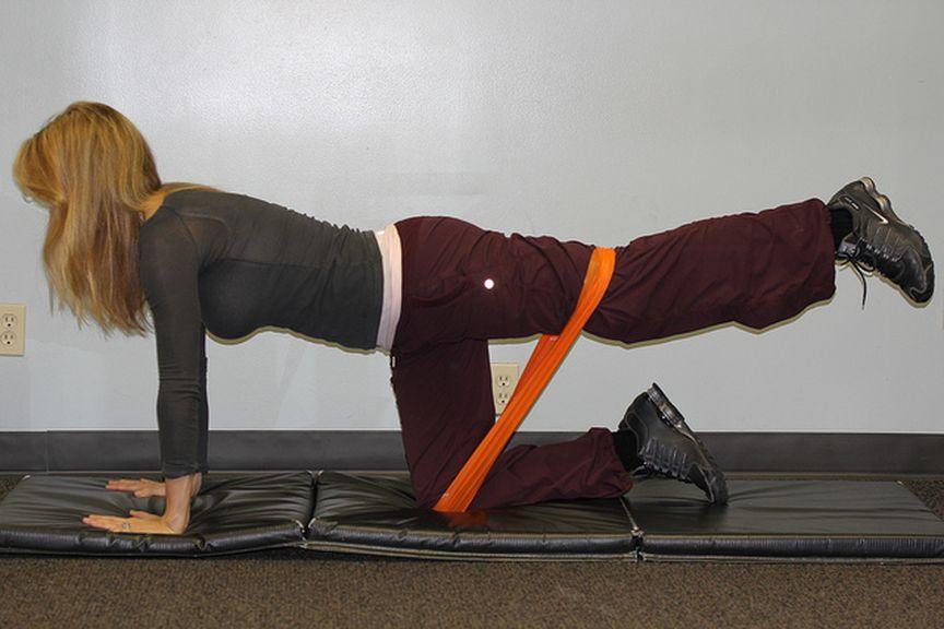 Kobieta wykonuje ćwiczenia