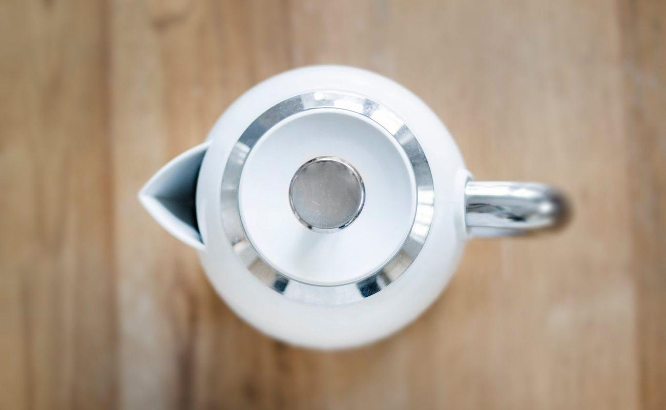 biały czajnik elektryczny