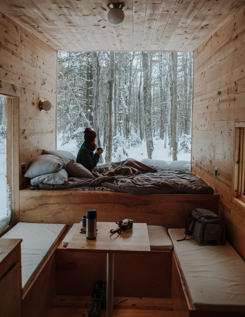 Pokój obity drewnianą boazerią w jasnym kolorze