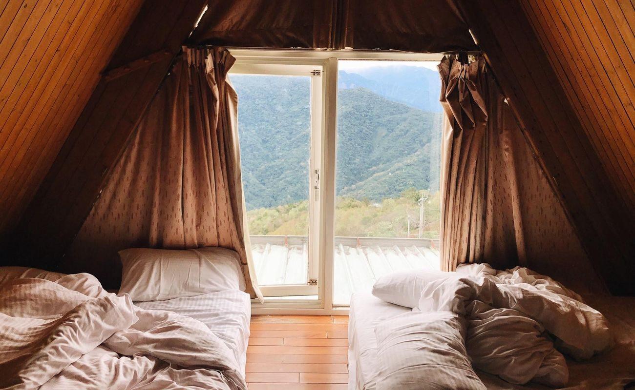 pomieszczenie obite drewnianą boazerią