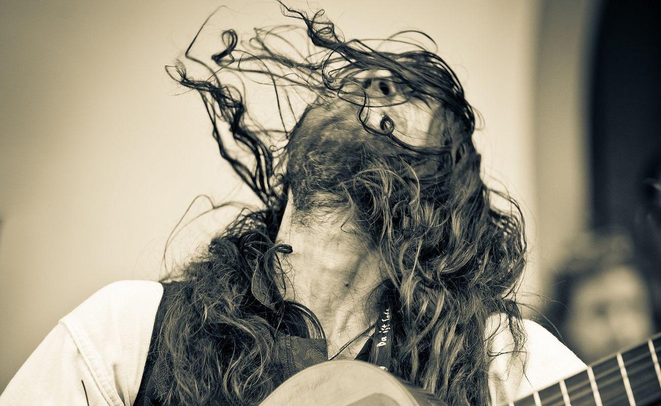 Estas Tonne jest człowiekiem pełnym charyzmy i zaangażowania, który wyraża siebie w autentycznym odsłanianiu się muzyki