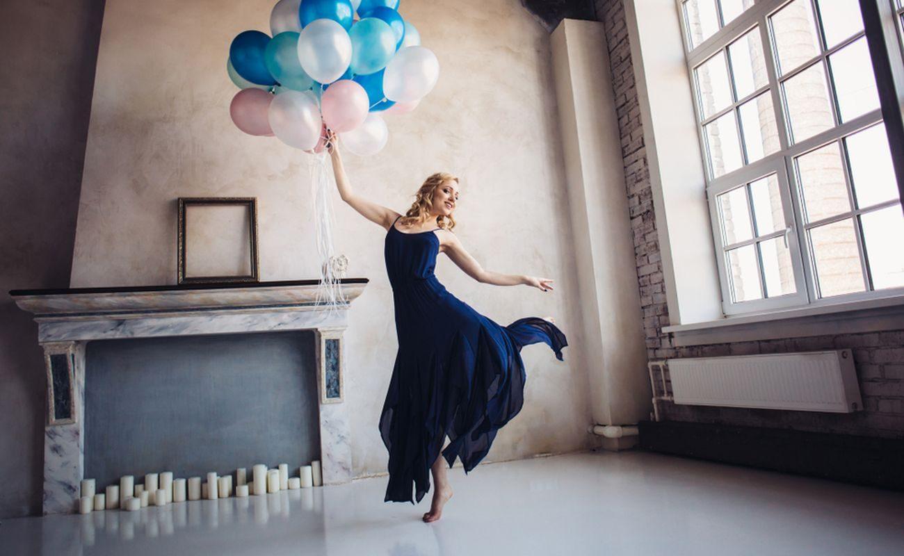 Granatowa sukienka to element ubioru, który można odnaleźć w szafach wielu kobiet