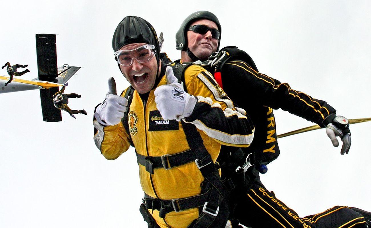 Skok ze spadochronem w tandemie to świetny pomysł na prezent dla męża