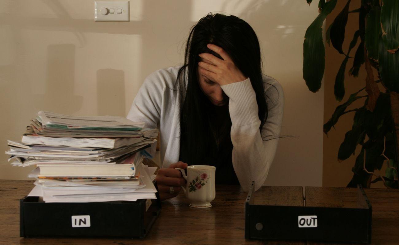 Prokrastynacja kobiety po pracy