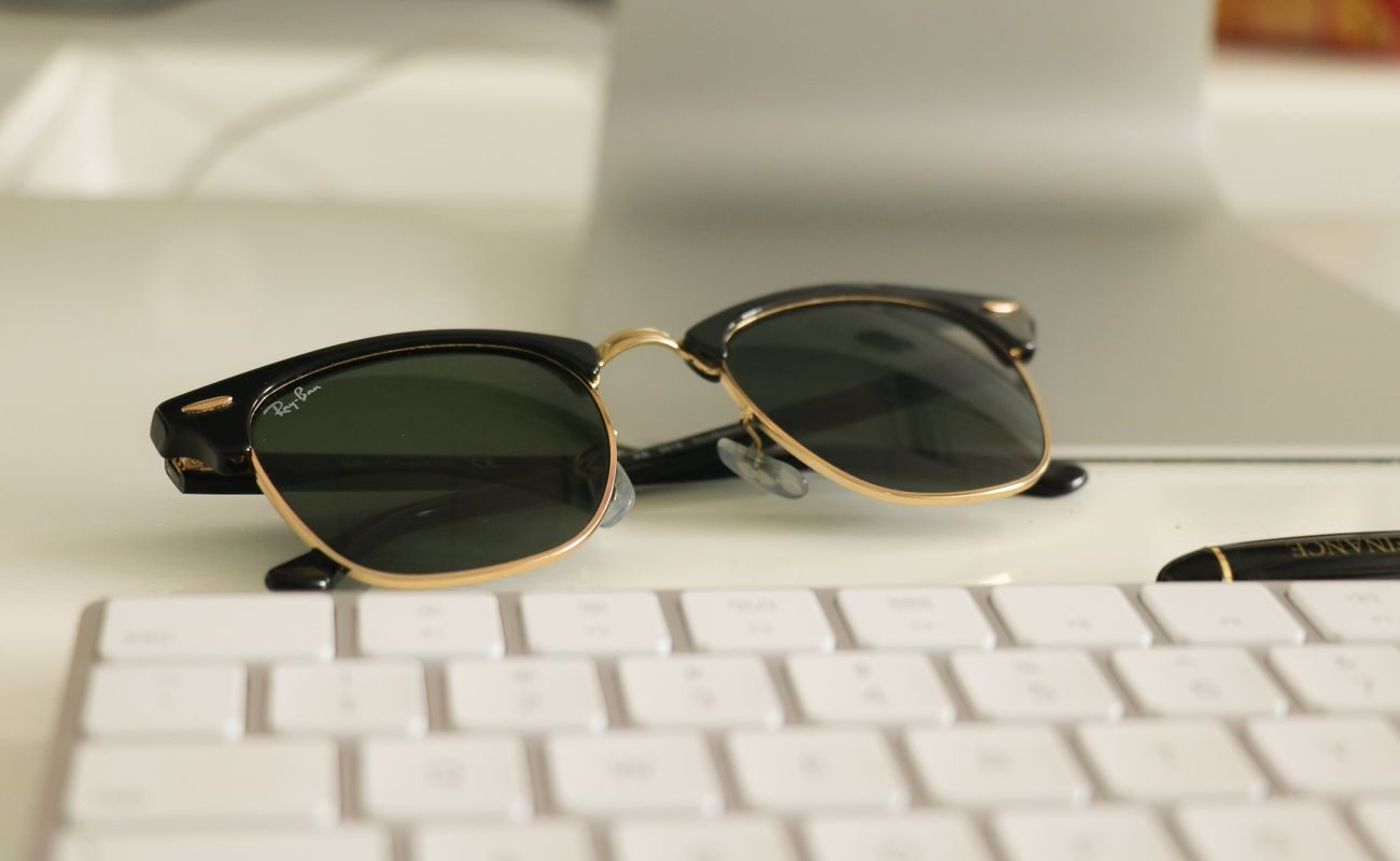 Okulary ray ban na tle klawiatury komputerowej