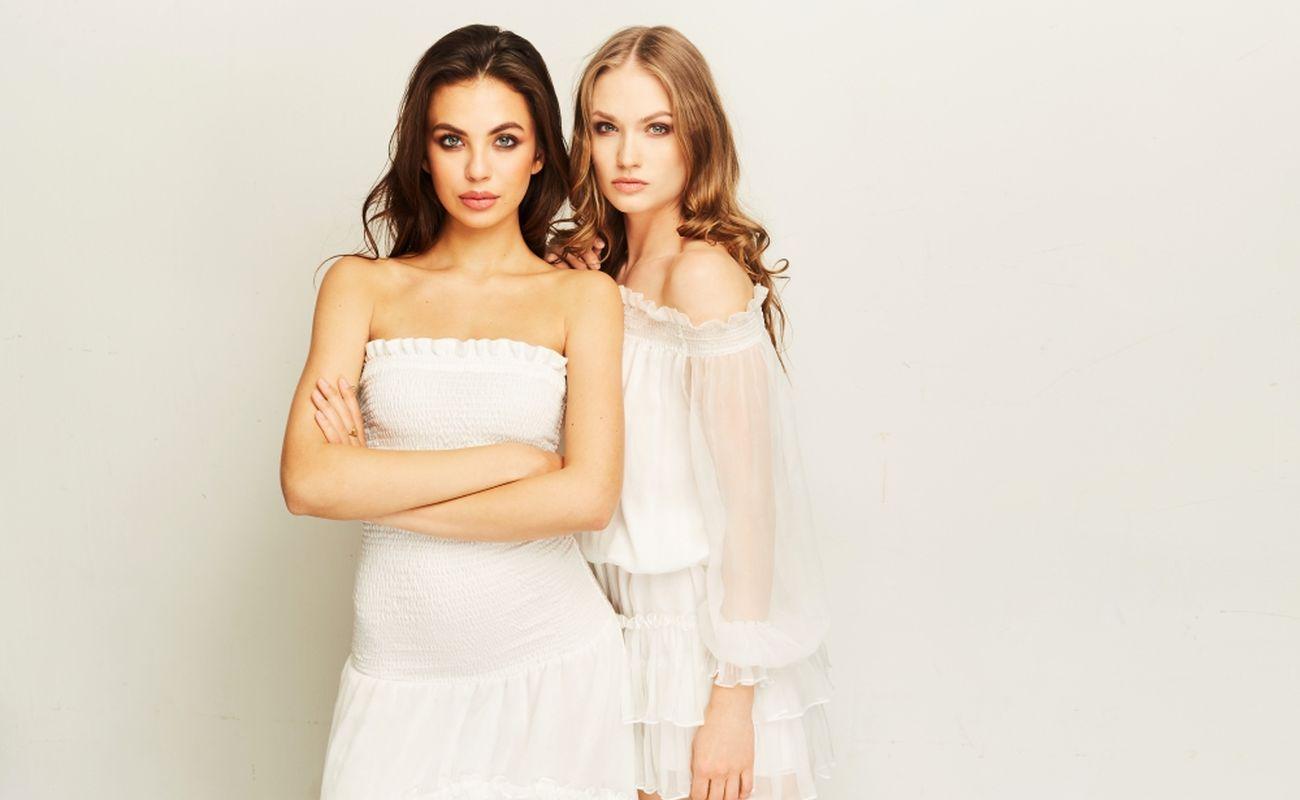 Dziewczyny w jasnych ubraniach marki