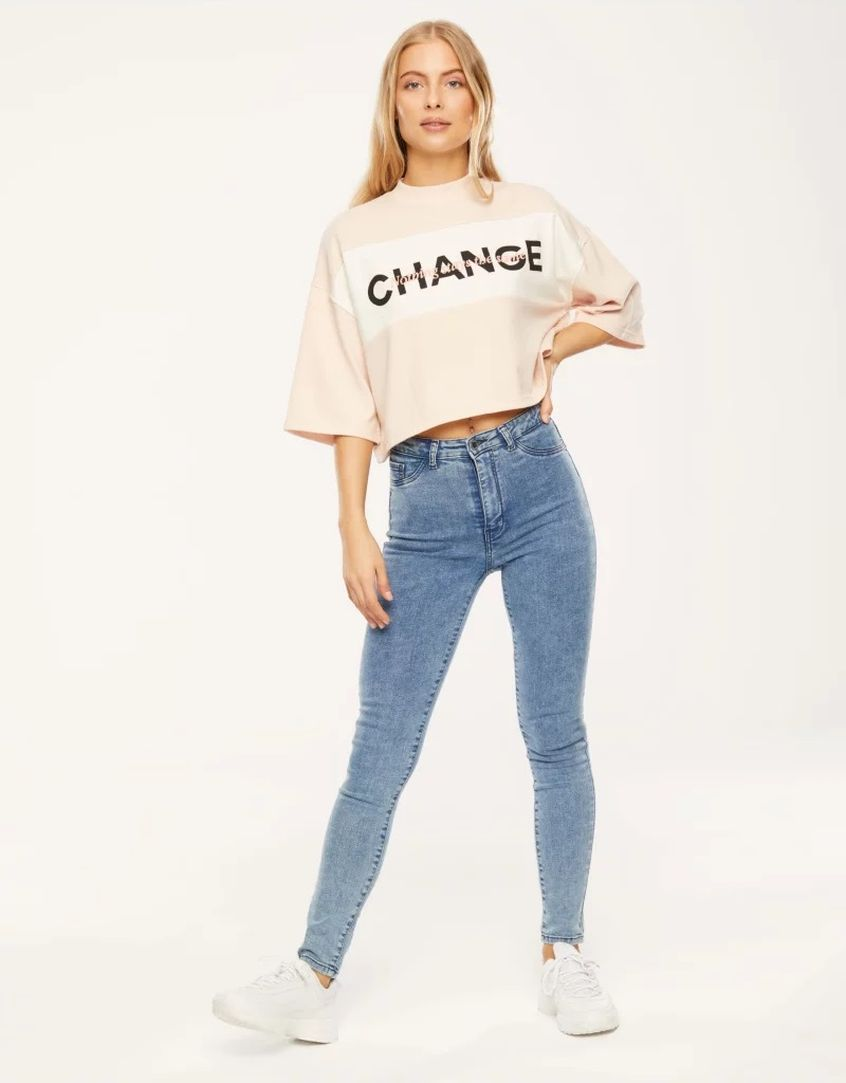 Dziewczyna jako modelka sklepu internetowego Tally Weijl