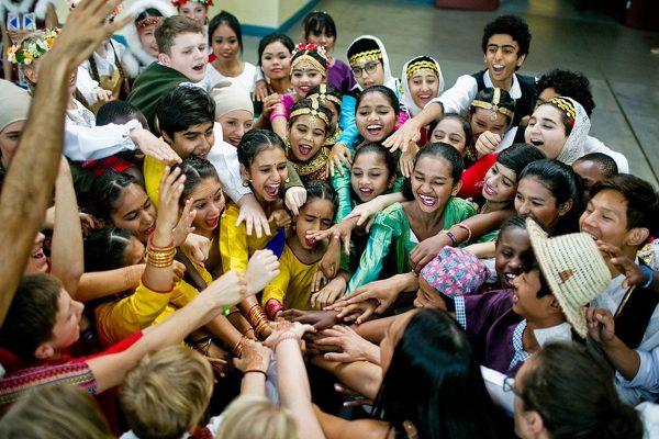 Grupa uczestników projektu Brave Kids przybija sobie piątki