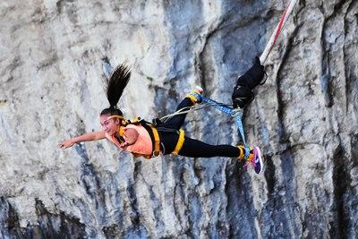 dziewczyna skacząca na bungee jak obrazek do jednej z propozycji na wieczór panieński