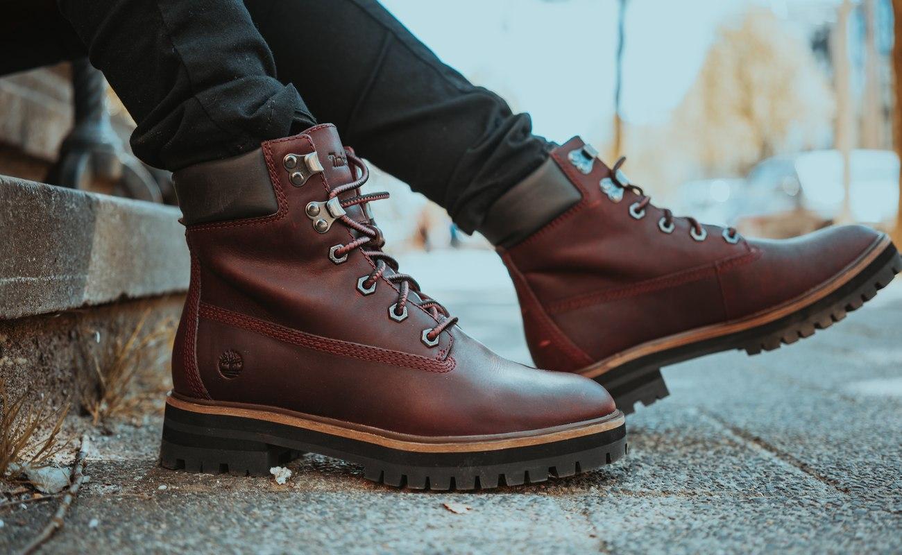 Zimowe buty jako obrazek do tekstu o wyprzedaży