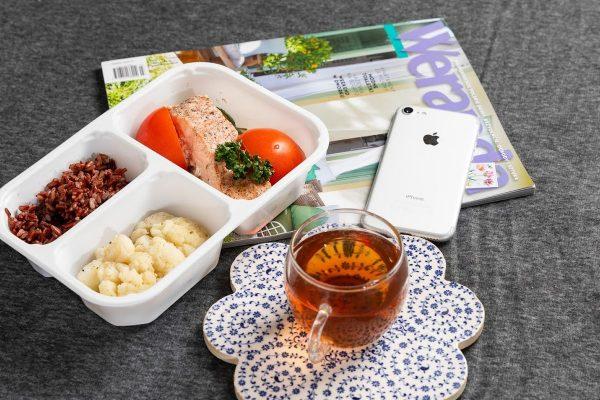 Łosoś pieczony z cukinią i pomidorami, warzywa na parze, ryż czarny. Dieta pudełkowa LightBox